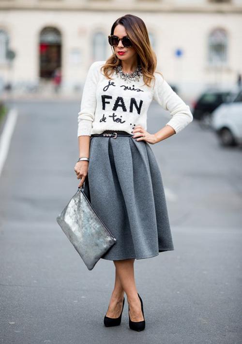 Falda midi con camiseta tres cuartos con mensaje