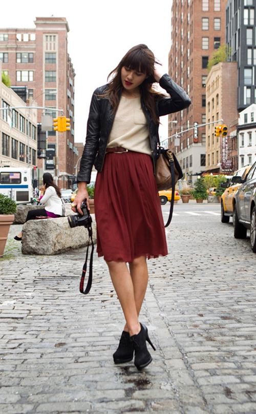 Falda midi en color burdeps