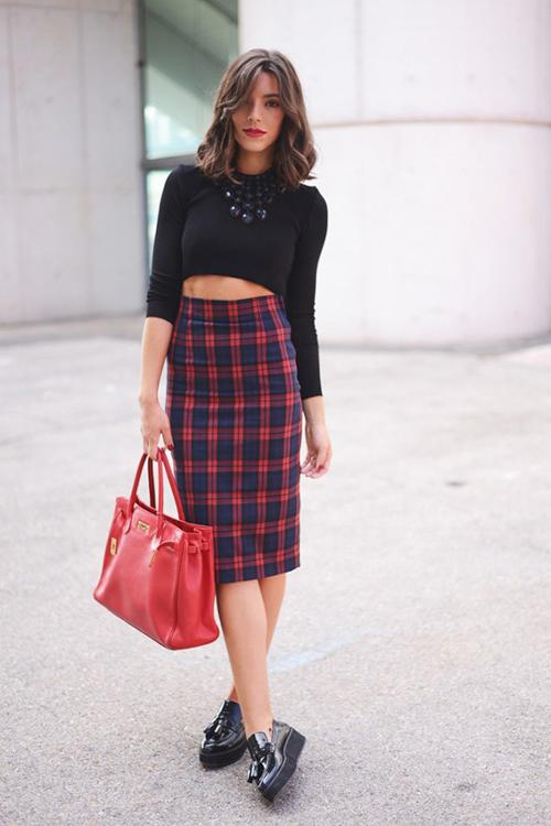 falda tartan con zapatillas
