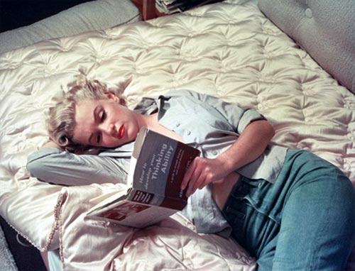 Marilyn-Monroe-leyendo un libro