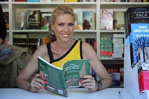 Judith Mascó con el libro Las maravillas de la flora intestinal