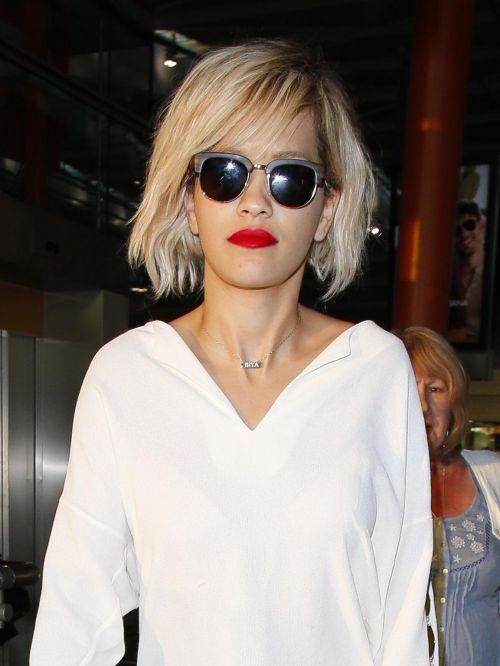 Rita Ora con pelo corto rubio.