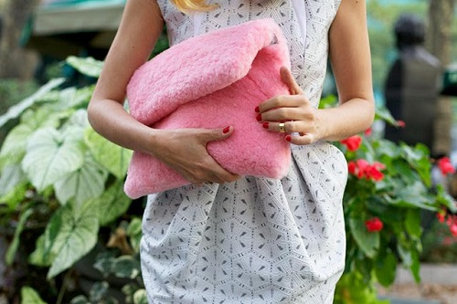 Hache-cotton-candy-bag-pink-fluffy-furry-clutch-Preetma-Sigh-Eleonora-Carisi (6)