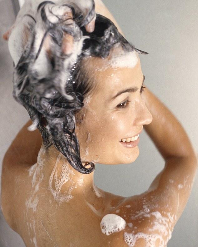 lavar pelo champú mujer