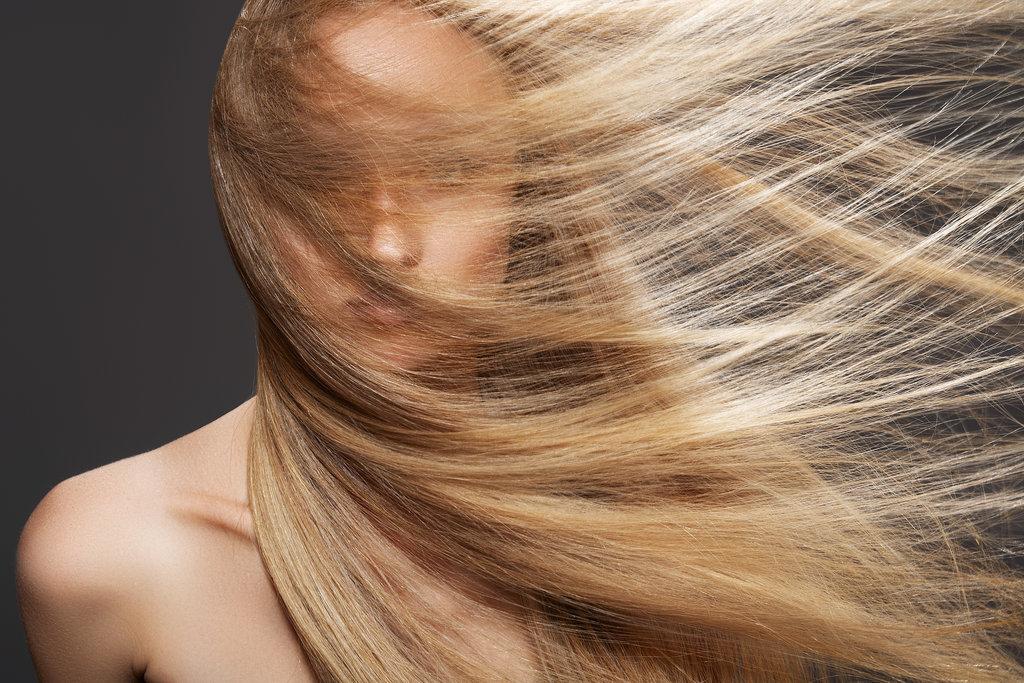 mujer pelo largo limpio