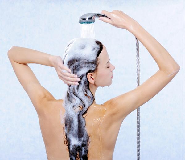 mujer aclarar pelo ducha