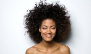 mujer pelo rizado natural