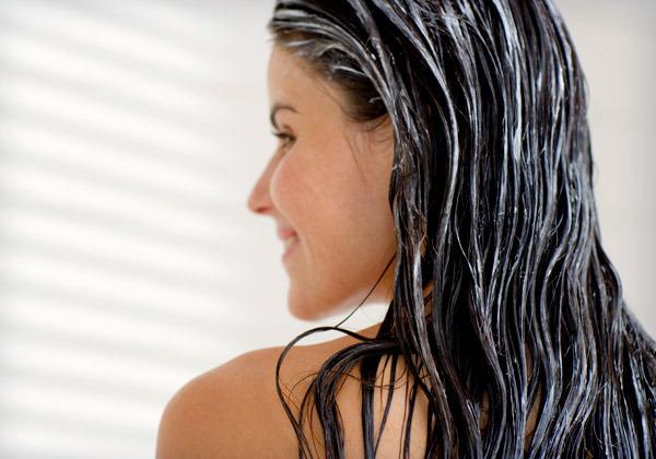 mujer ducha acondicionar pelo