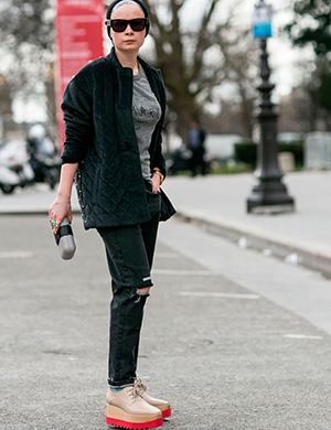 street style paris plataformas deportivas flatforms tendencias zapatos moda