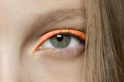 maquillaje neon eyeliner colores fluor tendencias belleza primavera