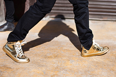 sneakers metalizadas oro tendencias calzado 2015