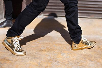 sneakers metalizadas oro tendencias calzado 2015