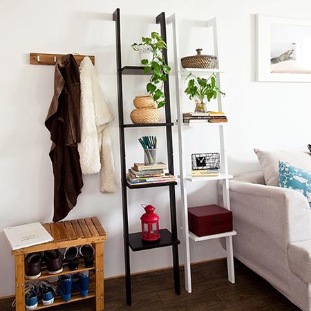 Moderna estantería escalonada con cuatro estantes