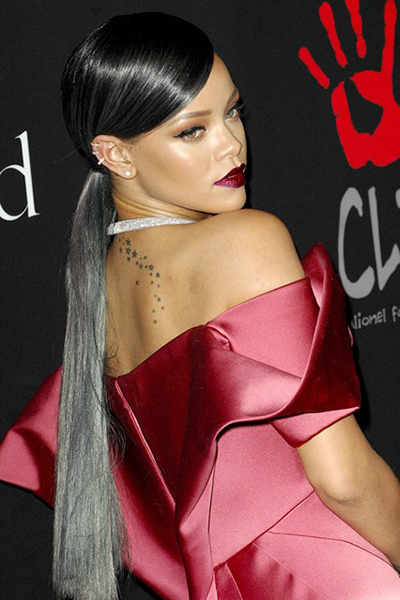 rihanna pelo gris tinte plateado granny hair tendencias coloracion cabello natural