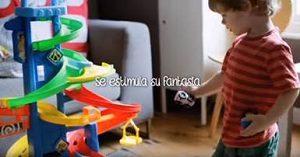 Niño con juguetes fisher price