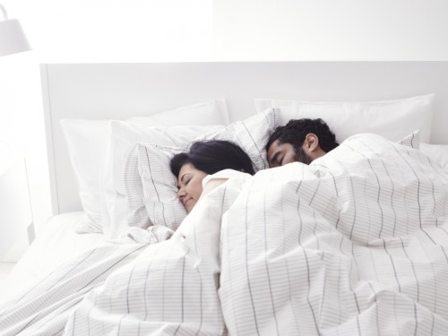 Pareja durmiendo plácidamente en un colchón de Ikea.