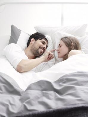 pareja feliz descansando en colchon de ikea comodo visolastico descanso reparador
