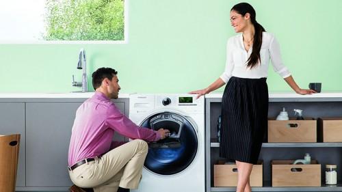 pareja lavando la ropa