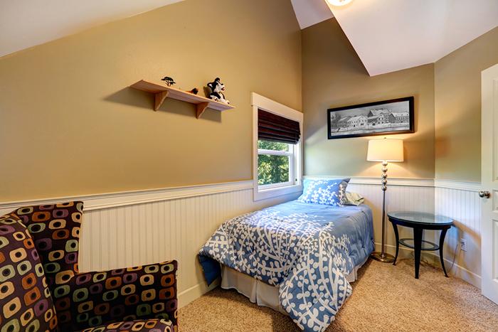Habitación con cama en la esquina