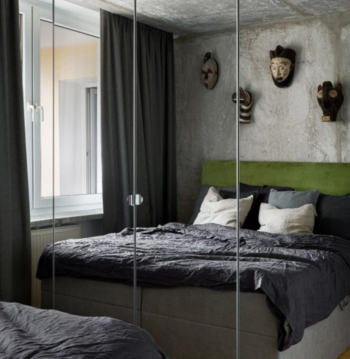 Habitación con cama grande y espejos garndes