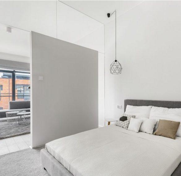 Habitación con cama de matrimonio separada lateralmente de otra habitación
