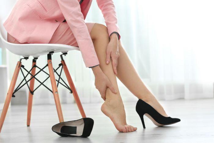 Talones y pies doloridos por el calzado